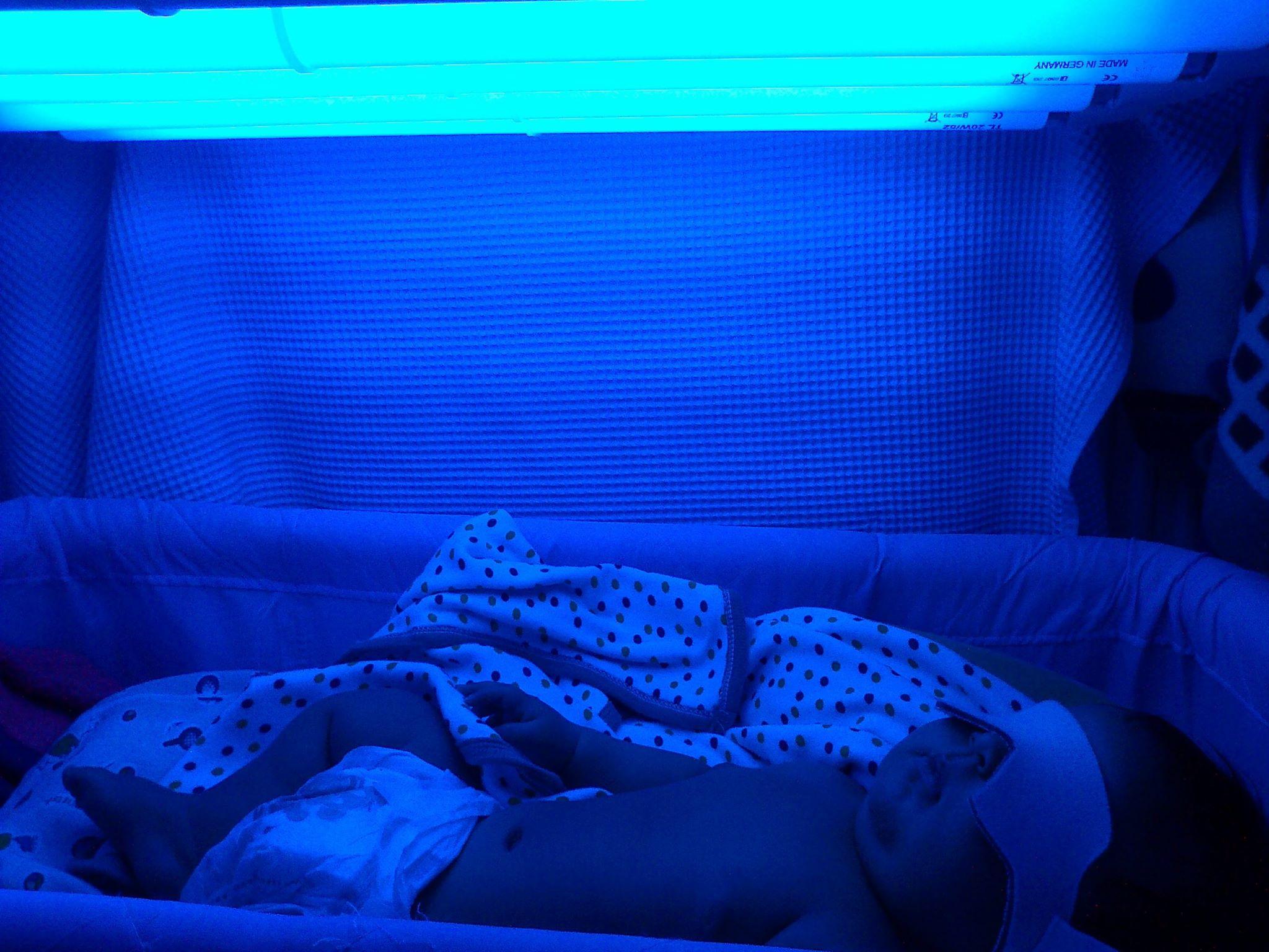 Bimbo dorme sotto la luce blu